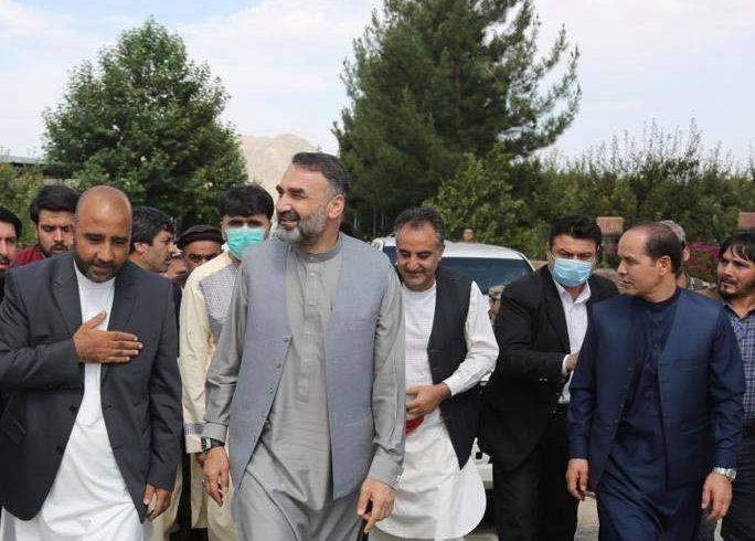 دیدار سترجنرال استاد عطامحمد نور با فرمانده لطف الله قریشی در ولسوالی شکردره