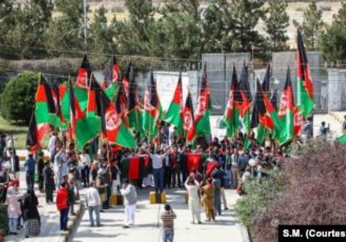 تجلیل از روز ملی بیرق در افغانستان؛ صلح زیر بیرق ملی امکان پذیر است نه بیرق بیگانگان
