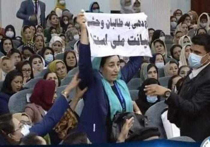 واکنشها به برخورد فزیکی با بلقیس روشن در لویه جرگه مشورتی؛ داکتر عبدالله عذرخواهی کرد