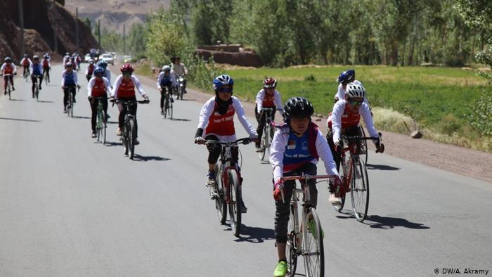 مسابقه بایسکل رانی بین دختران ۷ ولایت در بامیان برگزار شد