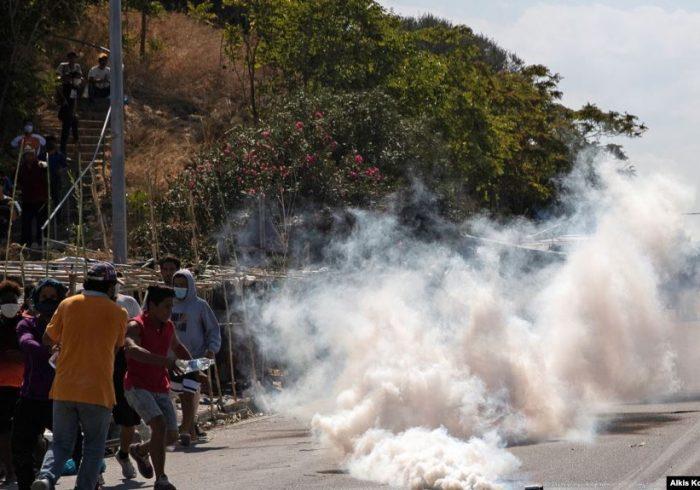 پولیس یونان در برابر پناهجویان معترض از گاز اشکآور استفاده کرد