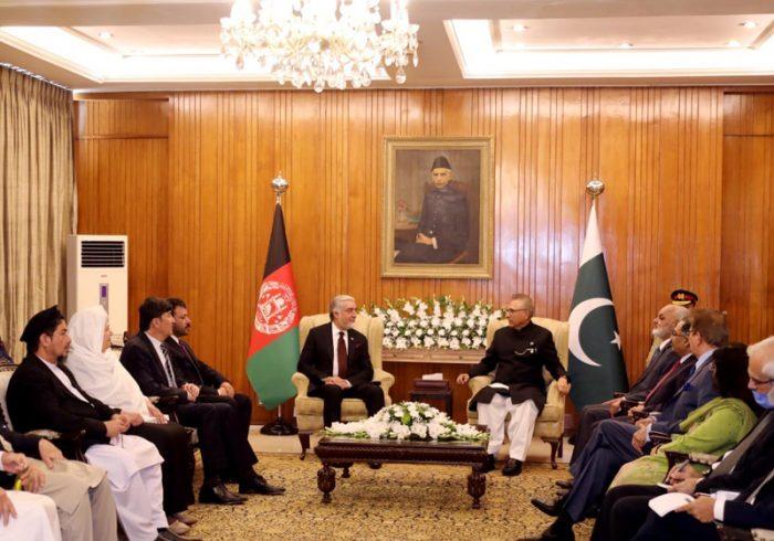 علوی در دیدار با عبدالله: پاکستان از جنگ افغانستان متضرر میشود و از صلح نفع میبرد