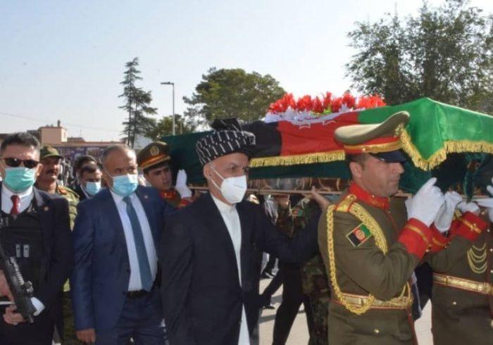 اشتراک غنی در مراسم تشییع جنازهی پیلوتان شهیدشده در هلمند