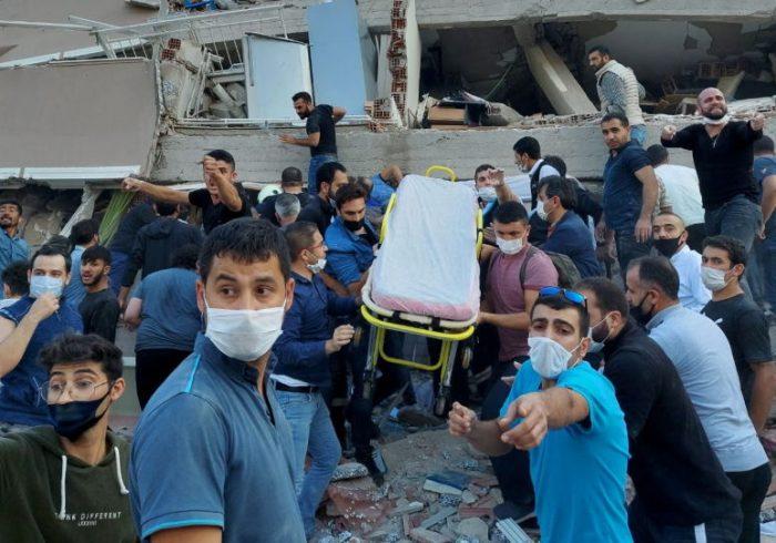 بیرون آوردن ۱۰۰ نفر از زیر آوار در ترکیه