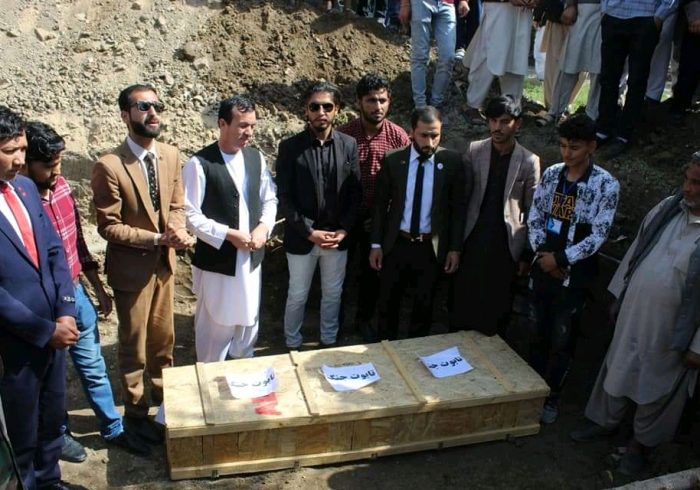 برخی باشندگان ولایت بغلان تابوت نمادین جنگ را دفن خاک کردند