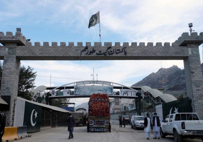 لاریهای تجارتی افغانستان از تورخم به پاکستان عبور کردند