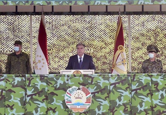 دیدار رییسجمهوری تاجیکستان از نظامیان کشورش در مرز با افغانستان