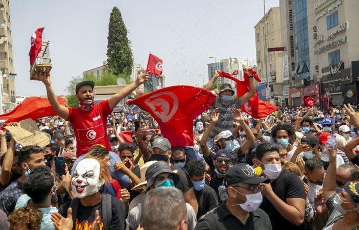 نخستوزیر تونس در پی اعتراضهای گسترده به مدیریت همهگیری کویید-۱۹ برکنار شد